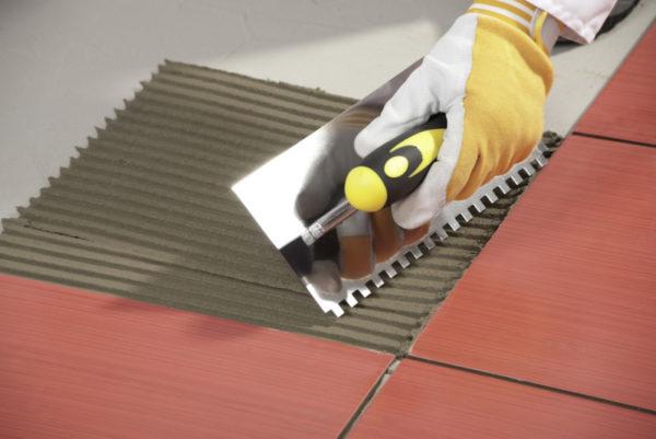 Нанесение плиточного клея с помощью зубчатого шпателя