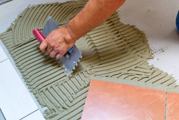 Нанесение клея для плитки