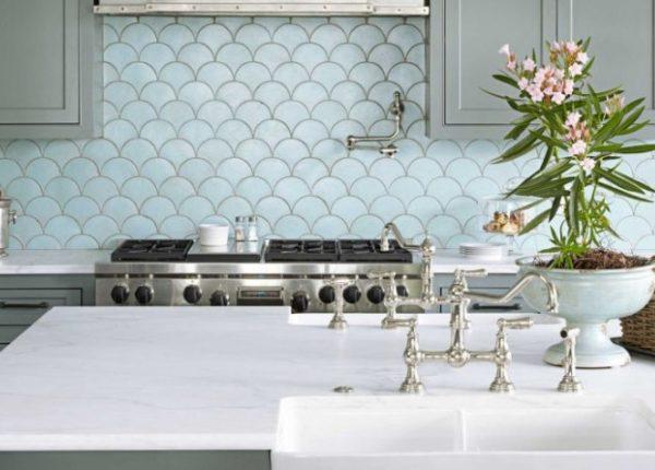Керамическая плитка «рыбья чешуя» на кухне