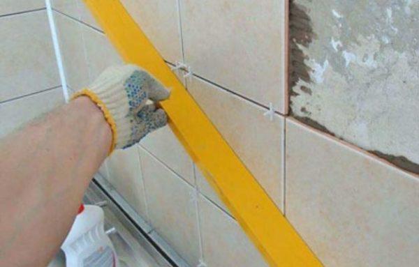 В первую очередь выполняется облицовка стен