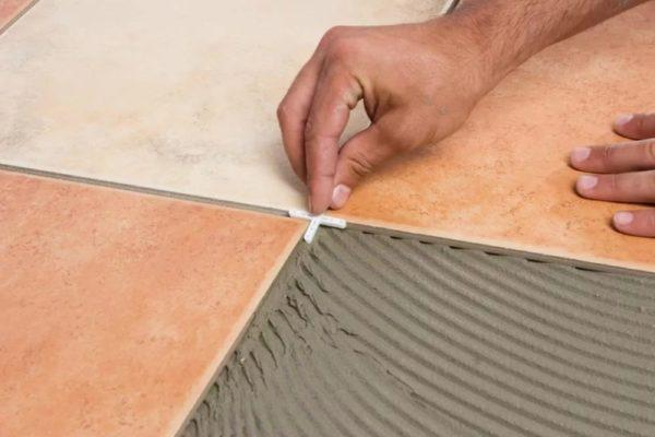 Использование крестиков при укладке плитки
