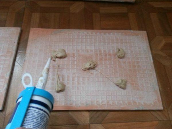 Приклеивание плитки с помощью жидких гвоздей