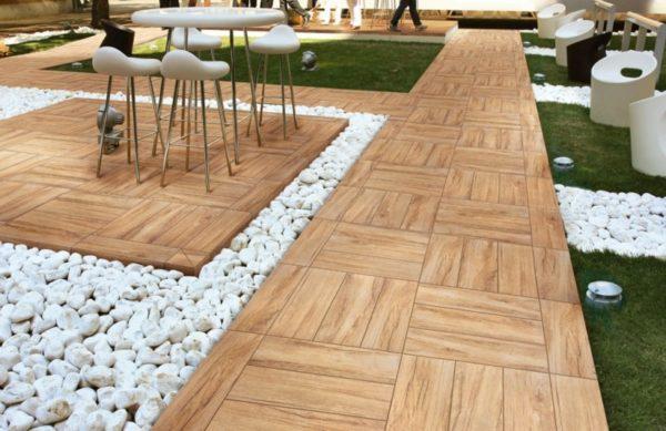 Керамическая плитка в отличие от дерева легко переносит низкие температуры