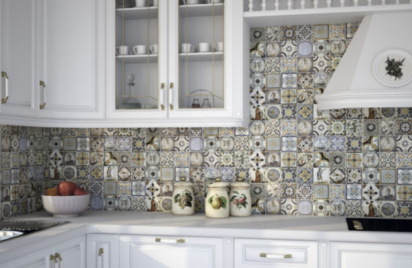 Кухонный фартук облицованный плиткой печворк