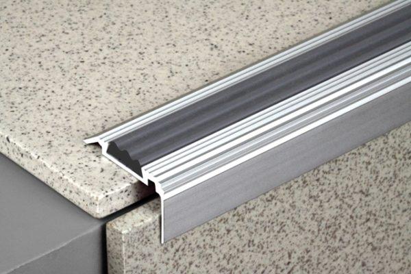 Алюминиевый порог для ступеней