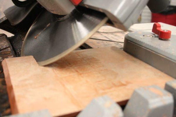 Подрезка края плитки под углом 45 градусов