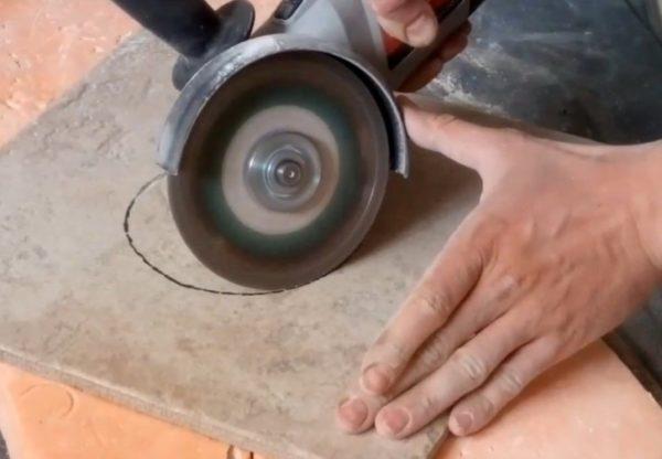 Резка отверстия на плитке болгаркой