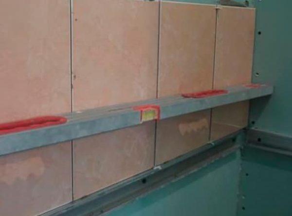 Крепления листов ГКЛ к стенам с помощью металлического каркаса и саморезов
