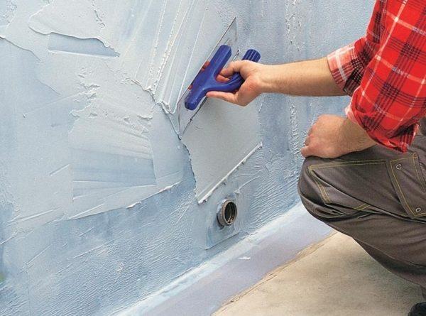 Нанесение гипсовой штукатурки для выравнивания гипсовой стены
