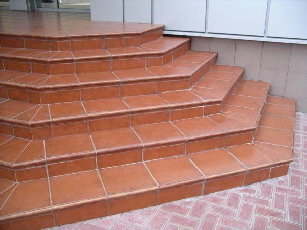 Лестница из керамической плитки