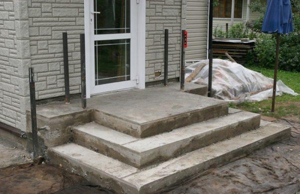 Крыльцо из бетона перед облицовкой