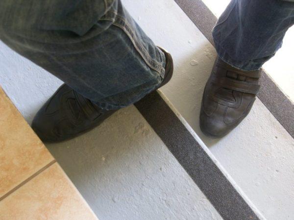 Специальные ленты антискользящего действия делают лестницу более безопасной