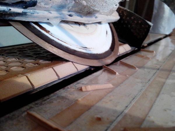 Заусовка мозаики электрическим плиткорезом