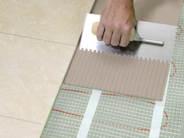 Нанесение плиточного клея на цементной основе