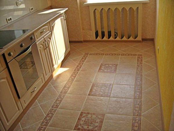 Матовая плитка на кухонном полу