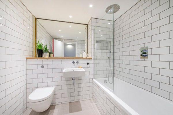 Белая плитка в интерьере ванной комнаты
