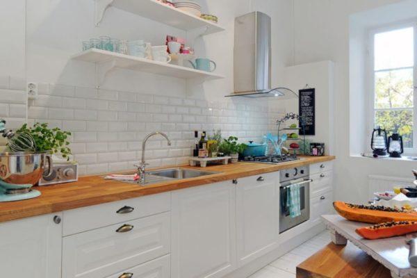 Белая матовая настенная плитка в интерьере кухни