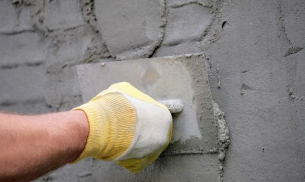 Выравнивание цементно-песочной штукатуркой