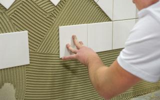 Как клеить керамическую плитку на стену