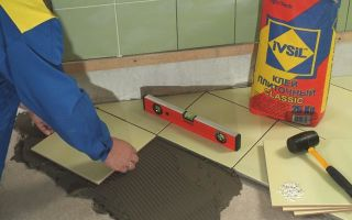 Определение толщины плиточного клея при укладке плитки на пол