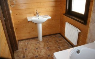 Правильное покрытие полов в туалете в деревянном доме