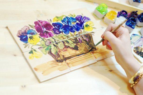 Рисование красками на кафельной плитке