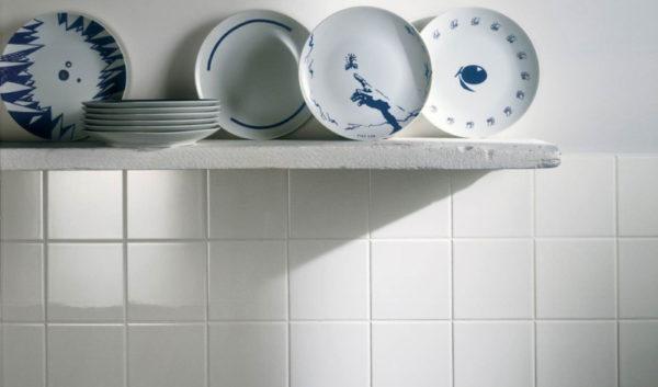Белая плитка 15х15 на кухне