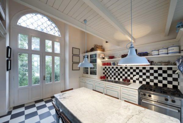 Шахматный порядок укладки кафеля в интерьере кухни