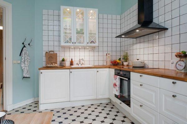Белый кафель 15х15 в интерьере кухни