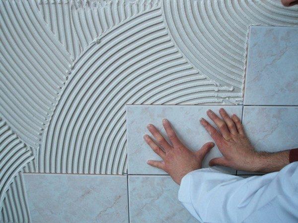 Приклеивание кафельной плитки к стене