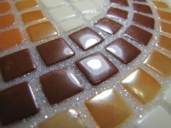 Использование прозрачной затирки для разноцветной мозаики