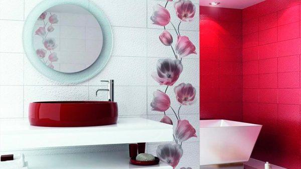 Вертикальный рисунок на плитке визуально увеличивает высоту ванной комнаты