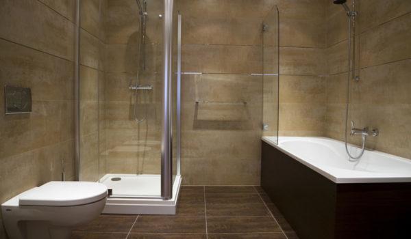 Крупноформатная керамическая плитка в интерьере ванной комнаты