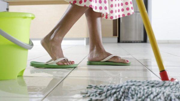 Мытье кафельного пола с использованием моющих средств