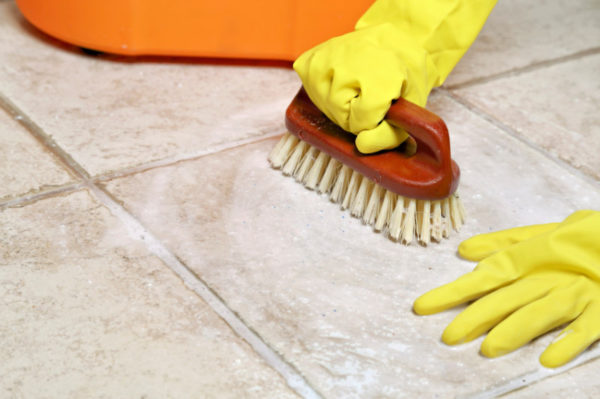 Чистка плитки жесткой щеткой может повредить поверхность плитки