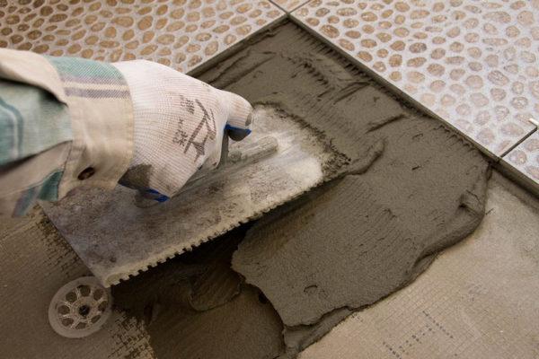 Нанесение клея под плитку на цементной основе