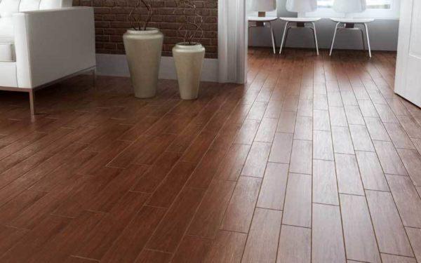 Керамическая плитка 20х80 см на полу в прихожей