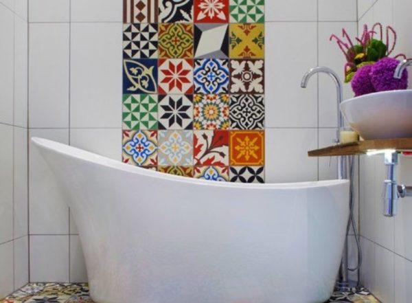 Панно из плитки печворк в ванной комнате
