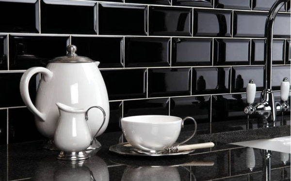 Черная плитка-кабанчик в интерьере кухни