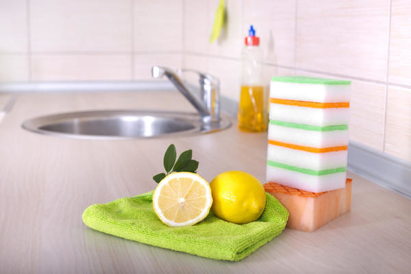 Сок лимона помогает бороться с известковым налетом на кафельной поверхности