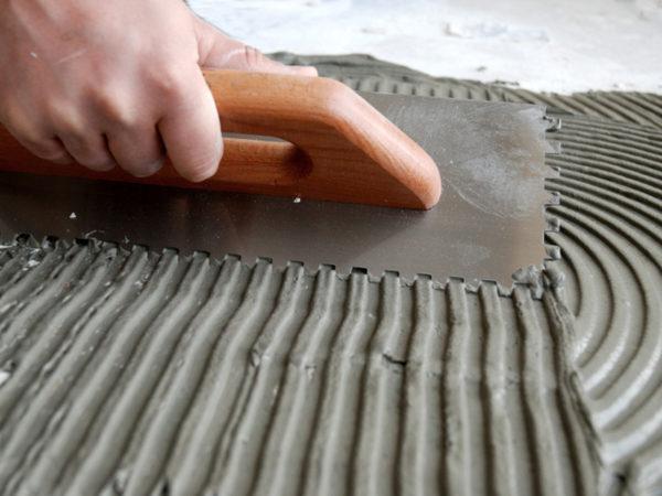 Применение двухкомпонентного клея для укладки плитки на фанеру