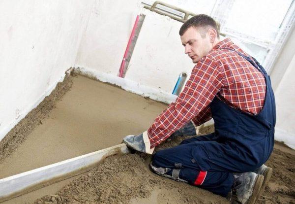 Выравнивание пола цементно-песчаной стяжкой