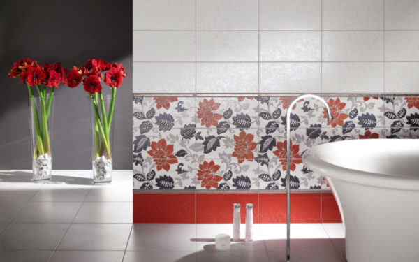 Кафельная плитка с цветочным орнаментом в интерьере ванной комнаты