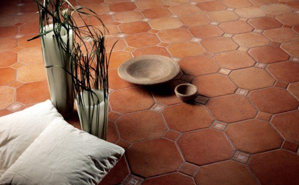 Глазурованная плитка двойного обжига на полу в коридоре