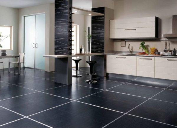 Темная плитка на кухонном полу
