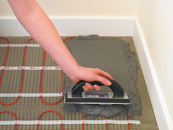 Нанесение плиточного клея на кабельную раскладку